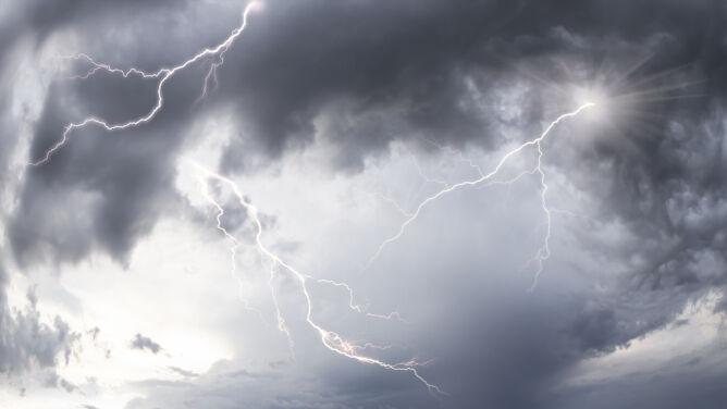 Ulewny deszcz i burze. Obowiązują alarmy drugiego stopnia